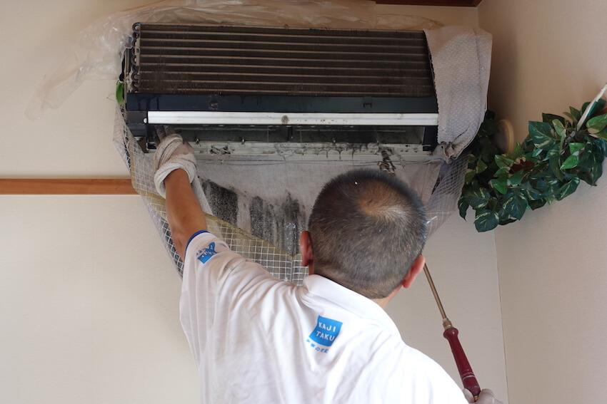 カジタクのエアコン高圧洗浄でカビが流れてくる様子