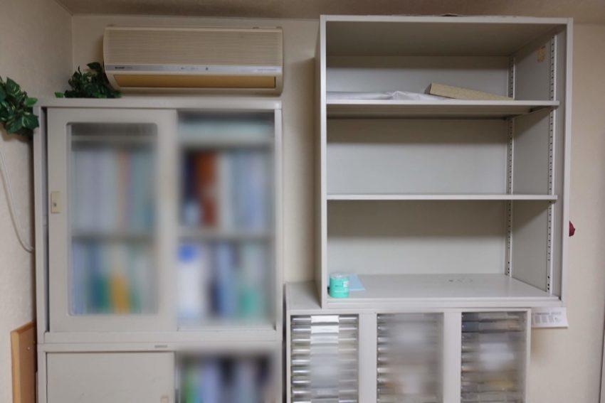 おそうじ革命さんがエアコン下の書類棚を移動させる様子