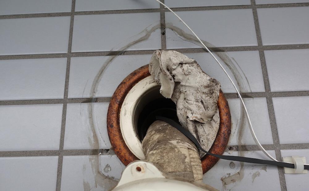 エアコンの外の壁穴パテに劣化